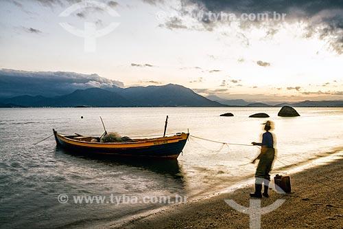 Pescador na Praia da Tapera  - Florianópolis - Santa Catarina (SC) - Brasil