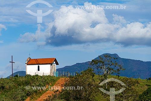 Fachada lateral da Capela de Santa Rita - também conhecida como Capelinha - com a Serra do Descoberto ao fundo  - Guarani - Minas Gerais (MG) - Brasil