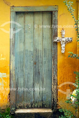 Detalhe de porta de casa na zona rural da cidade de Guarani com cruz de papel  - Guarani - Minas Gerais (MG) - Brasil