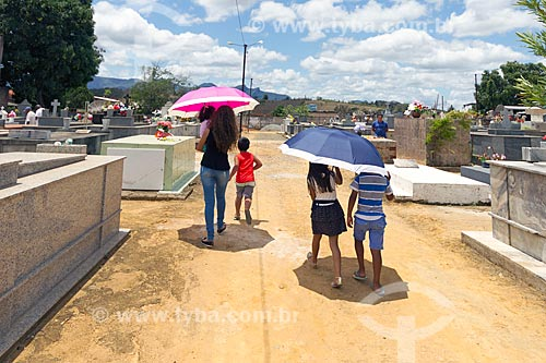 Pessoas no cemitério de Guarani  - Guarani - Minas Gerais (MG) - Brasil