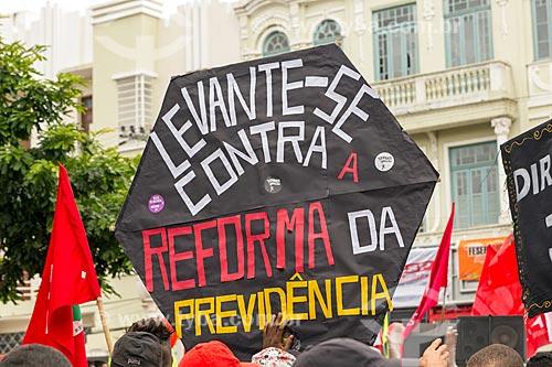 Cartaz que diz: levante-se contra a reforma da previdência - durante a greve geral convocada pelas Centrais Sindicais em 28 de abril de 2017  - Juiz de Fora - Minas Gerais (MG) - Brasil