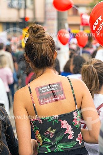 Mulher com adesivo colado ao corpo durante a manifestação contra a reforma da previdência proposta pelo governo de Michel Temer  - Juiz de Fora - Minas Gerais (MG) - Brasil