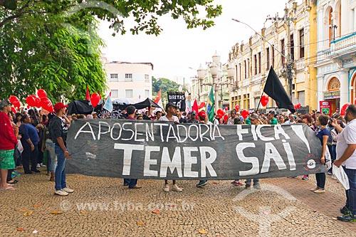 Faixa que diz: Aposentadoria fica! Temer sai! - durante a manifestação contra a reforma da previdência proposta pelo governo de Michel Temer  - Juiz de Fora - Minas Gerais (MG) - Brasil