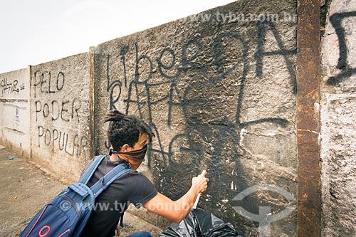 Homem pixando muro pedindo a liberdade para Rafael Braga - preso no Rio de Janeiro durante as manifestações de 2013 - durante a manifestação contra a reforma da previdência  - Juiz de Fora - Minas Gerais (MG) - Brasil