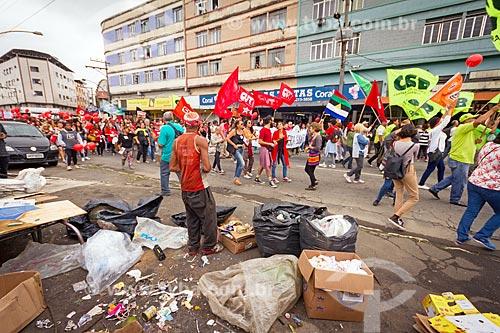 Morador de rua observando a manifestação contra a reforma da previdência proposta pelo governo de Michel Temer  - Juiz de Fora - Minas Gerais (MG) - Brasil