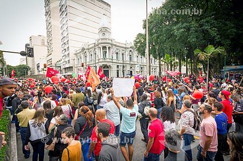 Manifestação contra a reforma da previdência proposta pelo governo de Michel Temer na Avenida Barão do Rio Branco com o Paço Municipal de Juiz de Fora  - Juiz de Fora - Minas Gerais (MG) - Brasil