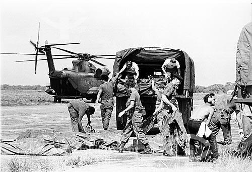 Exército americano transportando os corpos das vítimas do suicídio coletivo no Projeto Agrícola do Templo do Povo  - Georgetown - Região de Demerara-Mahaica - Guiana