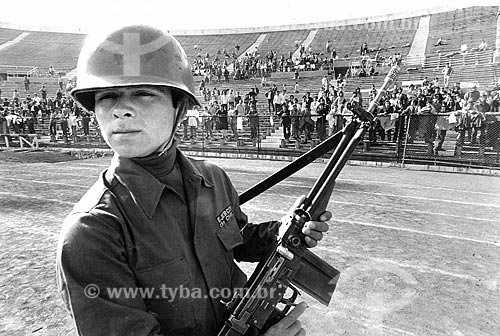 Soldado vigiando presos no Estádio Nacional Julio Martínez Prádanos - mais conhecido com Estádio Nacional - durante o Regime Militar de Augusto Pinochet  - Santiago - Província de Santiago - Chile