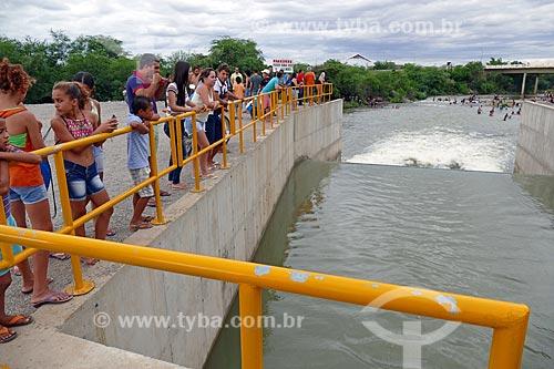 Pessoas observando o vertedouro despejando água no Rio Paraíba - Projeto de Integração do Rio São Francisco  - Monteiro - Paraíba (PB) - Brasil