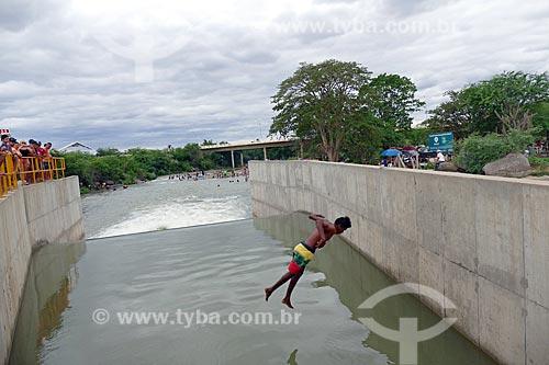 Homem saltando no vertedouro que despeja água no Rio Paraíba - Projeto de Integração do Rio São Francisco  - Monteiro - Paraíba (PB) - Brasil