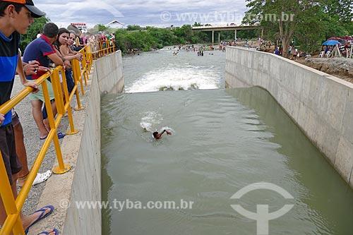 Homem nadando no vertedouro que despeja água no Rio Paraíba - Projeto de Integração do Rio São Francisco  - Monteiro - Paraíba (PB) - Brasil