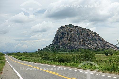 Morro às margens da Rodovia CE-060 - trecho entre o Distrito Daniel de Queiroz e Quixadá  - Quixadá - Ceará (CE) - Brasil