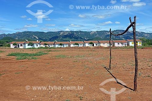 Campo de futebol na cidade de Aparecida com a Serra de São José do Bom Jesus ao fundo  - Aparecida - Paraíba (PB) - Brasil