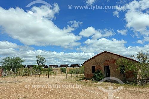Casa na zona rural da cidade de Salgueiro com trem da Ferrovia Nova Transnordestina ao fundo  - Salgueiro - Pernambuco (PE) - Brasil
