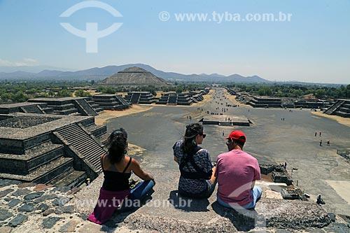 Turistas observando as Ruínas de Teotihuacan a partir da Pirámide de la Luna (Pirâmide da Lua)  - San Juan Teotihuacán - Estado do México - México