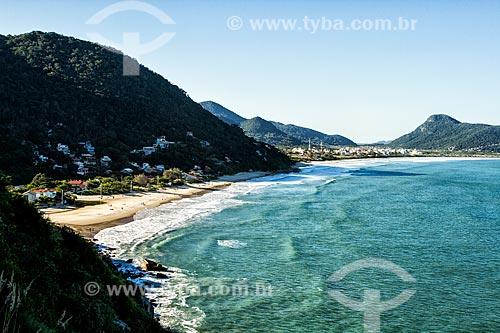 Vista da Praia da Solidão e da Praia dos Açores a partir da trilha para a Praia do Saquinho na Parque Estadual da Serra do Tabuleiro  - Florianópolis - Santa Catarina (SC) - Brasil