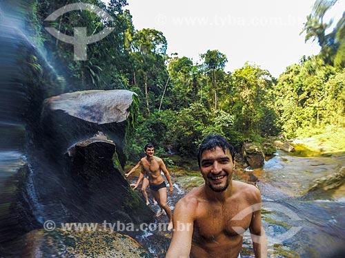 Banhista fazendo uma selfie em cachoeira na Reserva Ecológica de Guapiaçu  - Cachoeiras de Macacu - Rio de Janeiro (RJ) - Brasil
