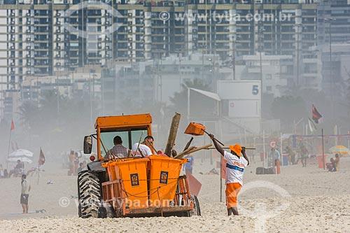 Garis limpando a orla da Praia da Barra da Tijuca  - Rio de Janeiro - Rio de Janeiro (RJ) - Brasil