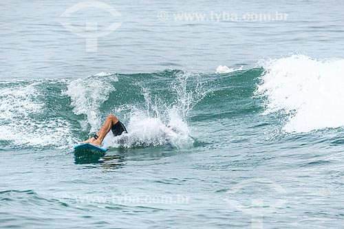 Surfista caindo da prancha na Praia da Barra da Tijuca  - Rio de Janeiro - Rio de Janeiro (RJ) - Brasil
