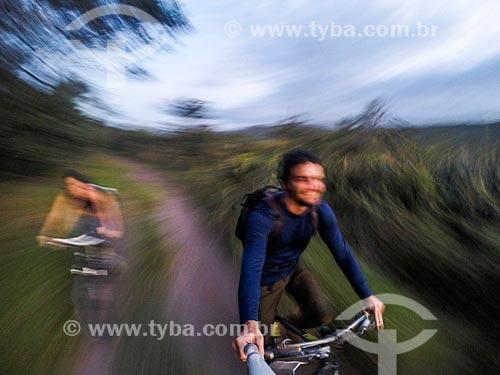 Casal andando de bicicleta e fazendo uma selfie no Parque Nacional da Serra do Cipó  - Santana do Riacho - Minas Gerais (MG) - Brasil