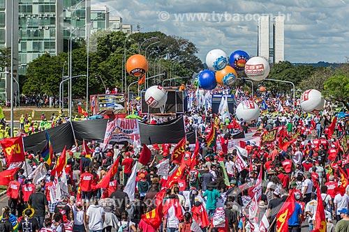 Manifestação contra o governo de Michel Temer na Esplanada dos Ministérios com o Congresso Nacional ao fundo  - Brasília - Distrito Federal (DF) - Brasil