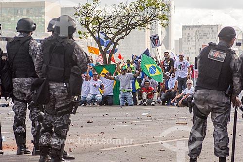 Manifestantes e a Polícia Militar durante a manifestação contra o governo de Michel Temer na Esplanada dos Ministérios  - Brasília - Distrito Federal (DF) - Brasil