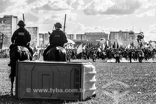 Cavalaria da Polícia Militar protegendo o Congresso Nacional durante manifestação contra o governo de Michel Temer na Esplanada dos Ministérios  - Brasília - Distrito Federal (DF) - Brasil