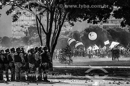 Tropa de Choque da Polícia Militar protegendo o Congresso Nacional durante manifestação contra o governo de Michel Temer na Esplanada dos Ministérios  - Brasília - Distrito Federal (DF) - Brasil