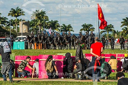 Manifestantes se protegendo do confronto com a Polícia Militar durante a manifestação contra o governo de Michel Temer na Esplanada dos Ministérios  - Brasília - Distrito Federal (DF) - Brasil