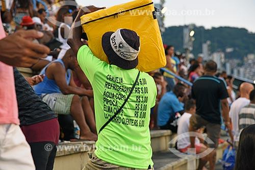 Vendedor ambulante com tabela de preços na camisa - arquibancada do Sambódromo da Marquês de Sapucaí durante o ensaio técnico  - Rio de Janeiro - Rio de Janeiro (RJ) - Brasil