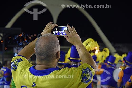 Homem fotografando a bateria do Grêmio Recreativo Escola de Samba Paraíso do Tuiuti no Sambódromo da Marquês de Sapucaí durante o ensaio técnico  - Rio de Janeiro - Rio de Janeiro (RJ) - Brasil
