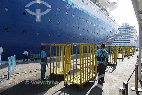 Trabalhadores carregando bagagens de navio de cruzeiro atracado no Píer Mauá  - Rio de Janeiro - Rio de Janeiro (RJ) - Brasil
