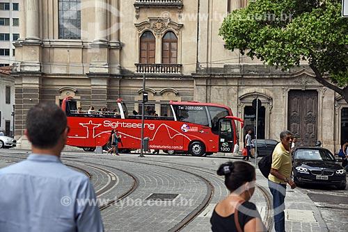 Vista do ônibus do Sightseeing Rio a partir da Praça XV de Novembro com a Igreja de Nossa Senhora do Carmo (1770) - antiga Catedral do Rio de Janeiro - ao fundo  - Rio de Janeiro - Rio de Janeiro (RJ) - Brasil