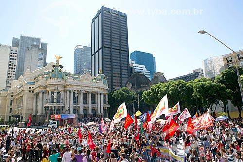 Manifestação contra o governo de Michel Temer pedindo Diretas Já com o Theatro Municipal do Rio de Janeiro ao fundo  - Rio de Janeiro - Rio de Janeiro (RJ) - Brasil