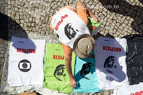 Vista de cima de vendedor ambulante de camisas durante a manifestação contra o governo de Michel Temer pedindo Diretas Já  - Rio de Janeiro - Rio de Janeiro (RJ) - Brasil