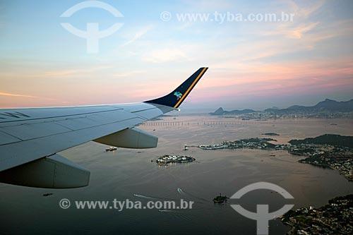 Avião sobrevoando à Baía de Guanabara com o Pão de Açúcar ao fundo  - Rio de Janeiro - Rio de Janeiro (RJ) - Brasil