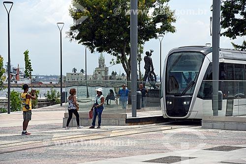 Veículo leve sobre trilhos na Praça XV de Novembro com o castelo da Ilha Fiscal ao fundo  - Rio de Janeiro - Rio de Janeiro (RJ) - Brasil
