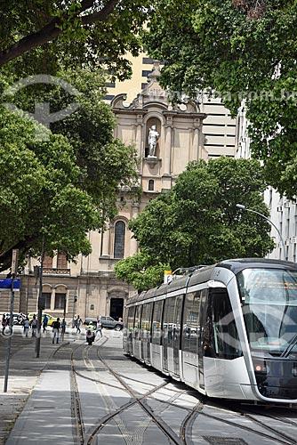 Veículo leve sobre trilhos na Praça XV de Novembro com a Igreja de Nossa Senhora do Carmo (1770) - antiga Catedral do Rio de Janeiro - ao fundo  - Rio de Janeiro - Rio de Janeiro (RJ) - Brasil