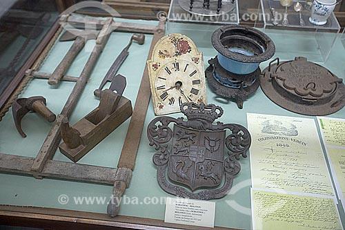 Detalhe de parte do acervo permanente em exibição no Museu Nacional de Imigração e Colonização (1870) - ferramentas, brasão, relógio e documentação  - Joinville - Santa Catarina (SC) - Brasil