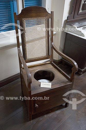 Cadeira sanitária em exibição no Museu Nacional de Imigração e Colonização (1870)  - Joinville - Santa Catarina (SC) - Brasil