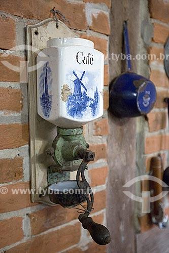 Detalhe de moedor de café no interior da cozinha - parte social da casa - do Museu Nacional de Imigração e Colonização (1870)  - Joinville - Santa Catarina (SC) - Brasil