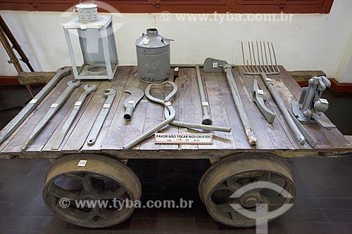 Vagonete com ferramentas em exibição na Estação Museu da Memória - antiga Estação Ferroviária de Joinville - picareta, enxada, alicate tenaz, chave de boca, foice e tirefonadeira manual  - Joinville - Santa Catarina (SC) - Brasil