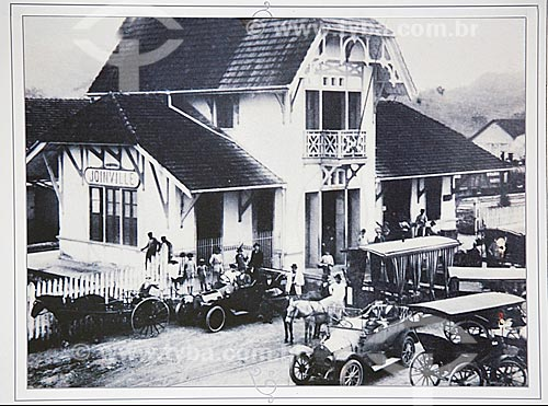 Foto histórica da fachada da Estação Ferroviária de Joinville com carros e cavalos (1910) - Reprodução do acervo da Estação Museu da Memória - antiga Estação Ferroviária de Joinville  - Joinville - Santa Catarina (SC) - Brasil