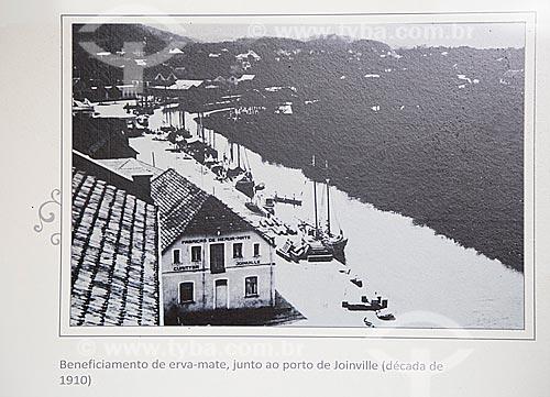 Beneficiamento de erva-mate (Ilex paraguariensis) próximo ao porto de Joinville (década de 1910) - Reprodução do acervo da Estação Museu da Memória  - Joinville - Santa Catarina (SC) - Brasil