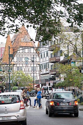 Tráfego na Rua Quinze de Novembro com Lojas Havan com estilo enxaimel ao fundo  - Blumenau - Santa Catarina (SC) - Brasil
