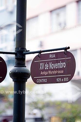 Detalhe de placa com o nome da Rua Quinze de Novembro com o antigo nome - Antiga Wurststrasse  - Blumenau - Santa Catarina (SC) - Brasil
