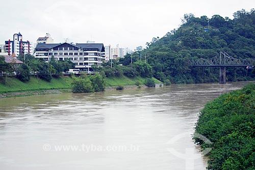 Vista do Rio Itajai-Açu com a sede da Prefeitura da cidade de Blumenau ao fundo  - Blumenau - Santa Catarina (SC) - Brasil