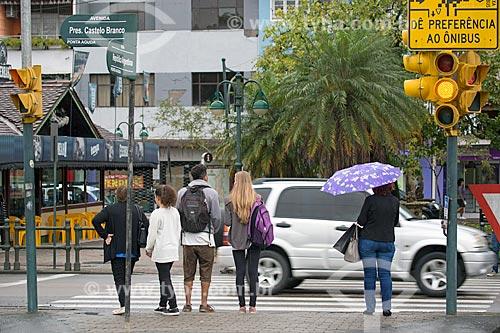 Pedestres aguardando sinal verde  - Blumenau - Santa Catarina (SC) - Brasil