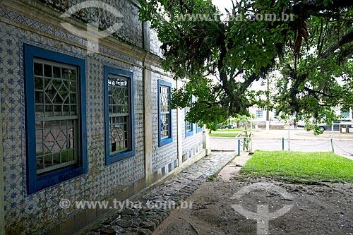 Azulejo português na fachada lateral da Casa Pinto Dulysséa (1866) - hoje abriga a Fundação Lagunense de Cultura  - Laguna - Santa Catarina (SC) - Brasil