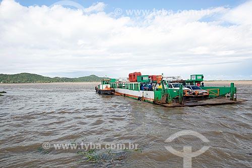 Travessia de balsa na Lagoa de Imaruí entre as cidades de Laguna e Jaguaruna  - Laguna - Santa Catarina (SC) - Brasil